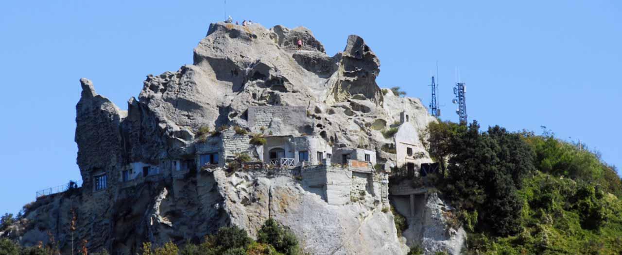 il monte epomeo a ischia è meta di escursioni e trekking