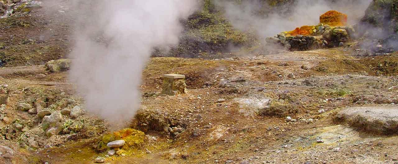 Le classiche fumarole sull'isola di Ischia.